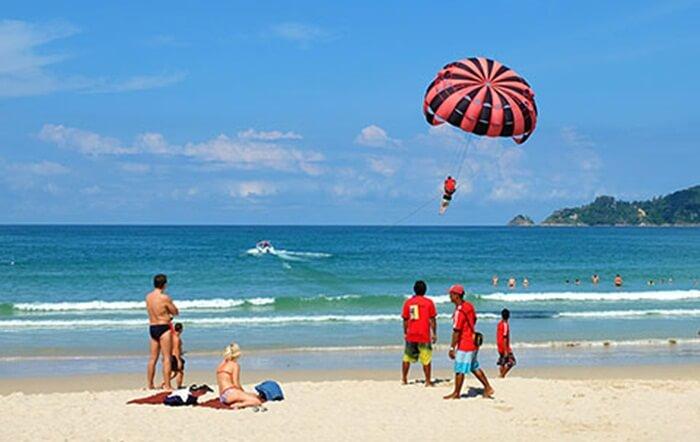 Patong Beach sebuah tempat wisata di phuket yang indah memanjang sejauh 3 km