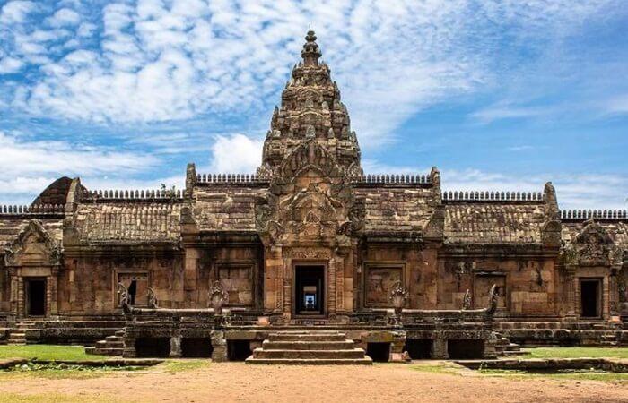 tempat wisata di thailand yang unik, karena merupakan candi hindu, dari sedikit candi kuno agama yang ada.
