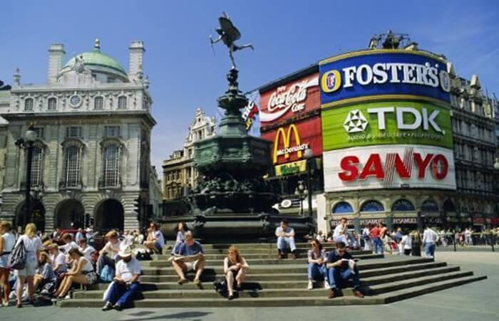 Tempat wisata di Inggris ini merupakan surga bagi para penggemar high street fashion yang stylish tapi terjangkau harganya