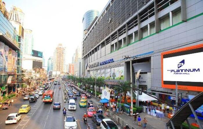 Tempat wisata di Thailand di Bangkok ini sangat terkenal dengan harganya yang murah dan barangnya yang bagus.