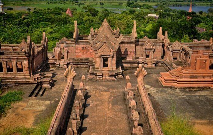 Tidak seperti kuil pada umumnya yang dibangun menghadapi ke timur, kuil untuk memuja Dewa Siwa ini justru membentang dari utara ke selatan.