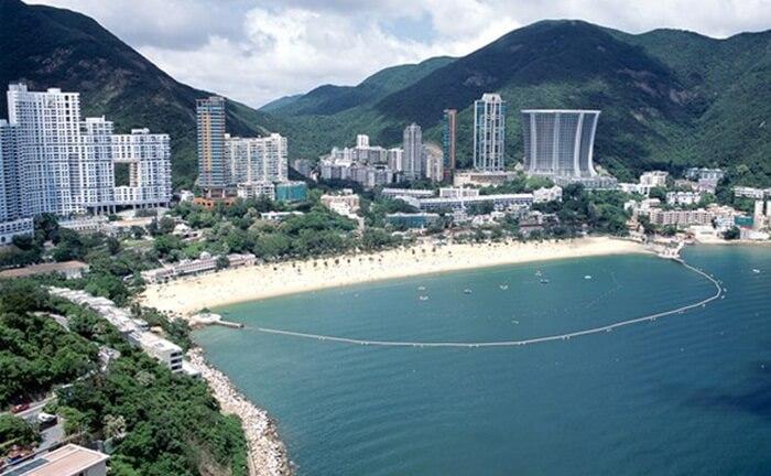 Bentangan pasir repulse bay berbentuk bulan sabit ini merupakan salah satu pantai tempat wisata di hongkong terindah