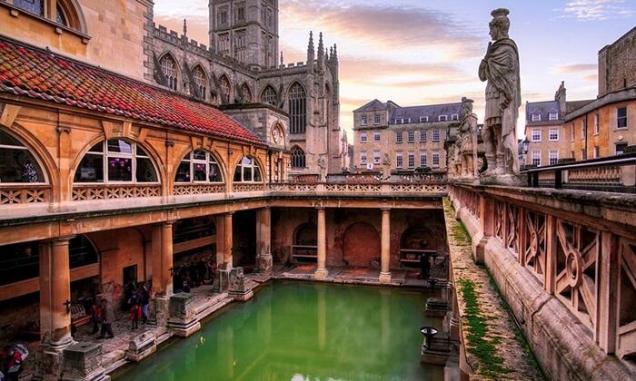 Situs pemandian Bath terdiri dari empat fitur utama yaitu mata air suci, Kuil Sulis Minerva, rumah pemandian Romawi, dan museum pemandian Romawi.