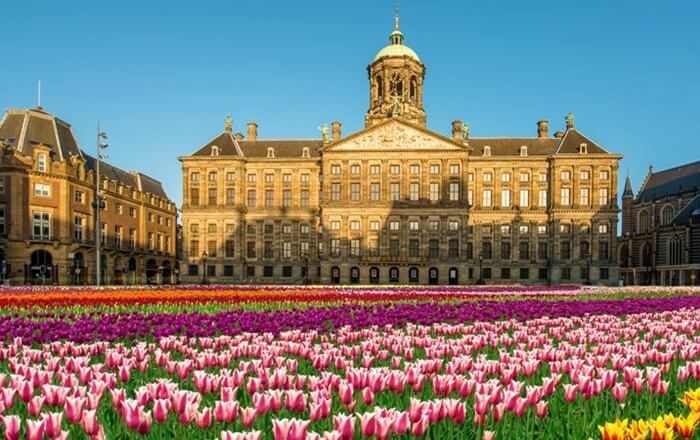 Tempat wisata di Amsterdam Bekas Balai Kota ini, dahulu adalah Istana Kerajaan yang berfungsi sebagai tempat tinggal Raja saat berada di kota.
