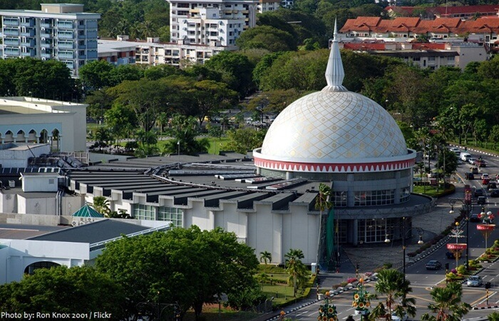 Gedung Royal Regalia digunakan untuk menyimpan dan memamerkan benda-benda kebesaran dan replika perhiasan kerajaan Negara Brunei Darussalam yang diwarisi sejak turun-temurun.