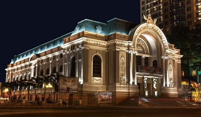 Tempat wisata di Ho Chi Minh Saigon Opera House merupakan gedung opera yang digunakan sebagai tempat teater atau pertunjukan seni lainnya.