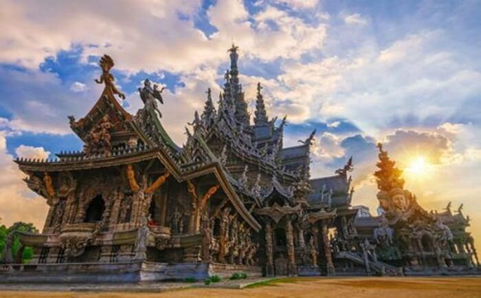 Tempat wisata di Pattaya ini merupakan sebuah kuil yang seluruh bangunan dibangun dengan kayu yang diukir dengan motif dewa-dewa Hindu dan Budha.