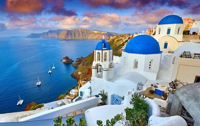 Ada banyak destinasi yang indah dan romantis di pulau cantik yang terletak di Yunani ini.