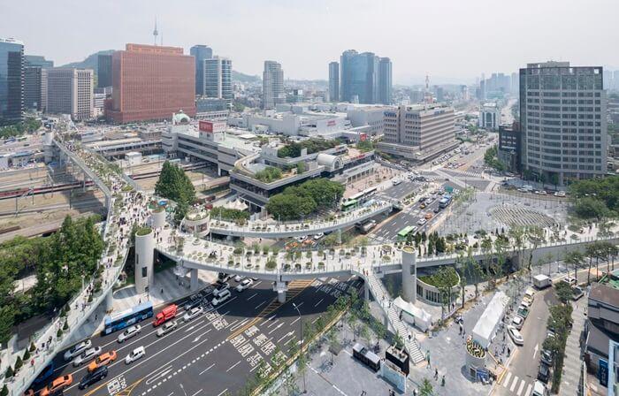 Tempat terbaik untuk mengambil foto di tempat wisata di Seoul ini adalah Alun-Alun Stasiun Seoul.