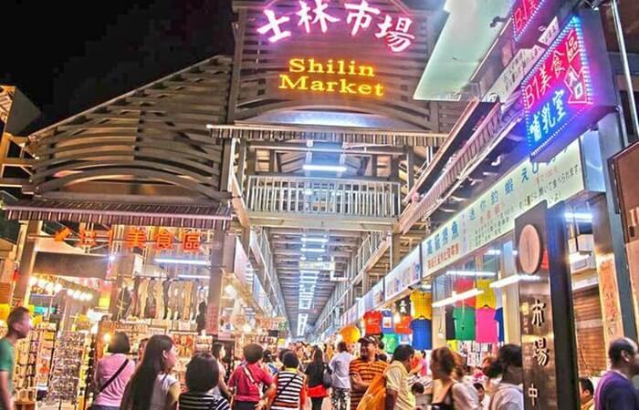 Para turis yang berkunjung ke tempat wisata di Taiwan ini, datang karena ingin mencoba kuliner khas Taiwan yang ada di sana.