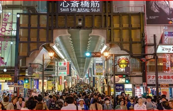 Shinsaibashi Shopping Arcade yang berada tak jauh dari Dotonbori adalah salah satu pilihan tempat wisata di Osaka dalam hal belanja.