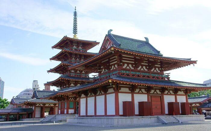 Kuil tempat wisata di Osaka ini adalah kuil Budha tertua yang dibangun oleh Pangeran Shotoku pada tahun 593.