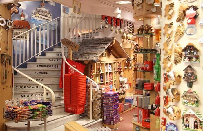 Toko jam terkenal di shopping street di Luzern memang 'The Bucherer'. Tetapi itu memang toko jam2 mahal. Seperti Rolex yang terkenal sebagai salah satu jam termahal di dunia.