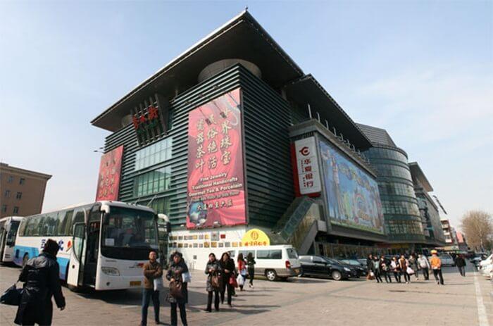 Pedagang di Pasar tempat wisata di beijing ini telah menawarkan sutra berkualitas tinggi selama bertahun-tahun. Termasuk beberapa merek Cina yang sudah lama dihormati seperti Ruifuxiang, Shengxifu, dan Neiliansheng.