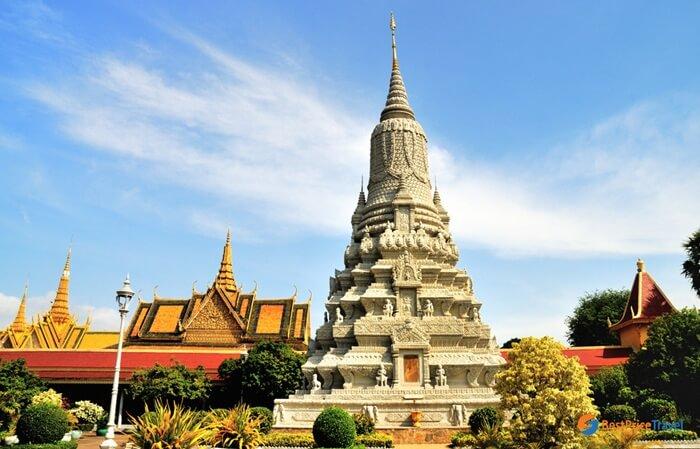 Silver Pagoda memiliki sesuatu yang luar biasa. Di sini tersimpan patung Buddha yang terbuat dari sekitar 90 kg emas dan 2.086 buah batu permata