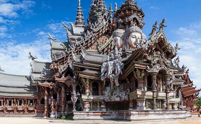 Tempat wisata di Pattaya Kota Pattaya terbagi menjadi tiga area utama, yaitu Naklua, Pantai Pattaya dan Jomtien.