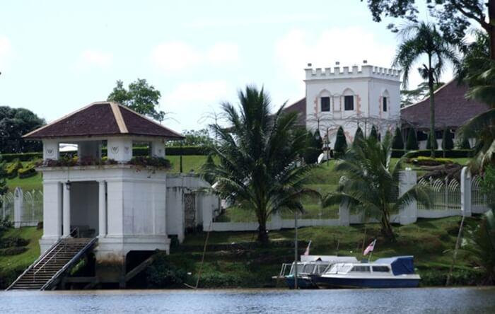 Tempat wisata di kuching ini merupakan tempat tinggal resmi dari Gubernur Sarawak
