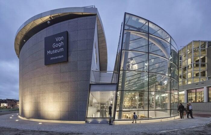 Tempat wisata di Amsterdam ini menawarkan 200 lukisan yang mengesankan, 500 lukisan dan gambar, serta 700 surat yang ditulis Van Gogh
