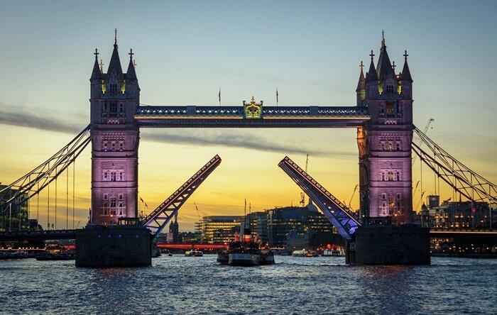Tempat wisata di London  Tower Bridge adalah situs warisan dunia berukuran panjang 244m dan tinggi 65m.