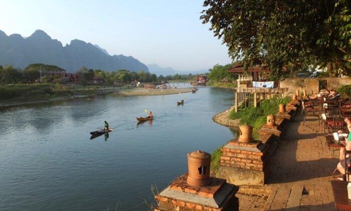 Kota kecil tempat wisata di Laos ini terletak di antara Vientiane dan Luang Prabang, di Sungai Nam Song.