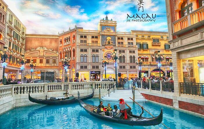 Hotel tempat wisata di Macau ini bergaya arsitektur Italy modern ini sangat cantik dan megah, dengan lukisan porcelain di tembok dan langit-langitnya