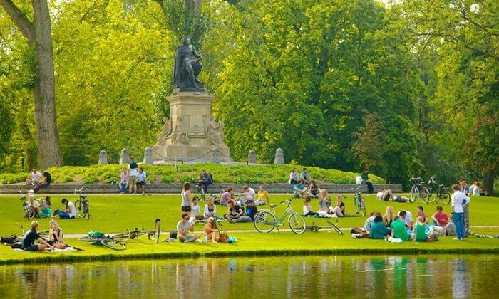 Tempat wisata di Amsterdam berupa Taman kota ini adalah yang terbesar di Amsterdam