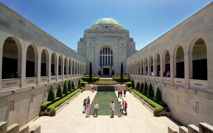 Tempat wisata di Canberra Australian War Memorial ini dibuka pada tahun 1945