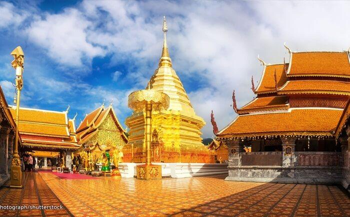 Termpat wisata di Chiang Mai ini berisi Buddha duduk yang sangat dihormati