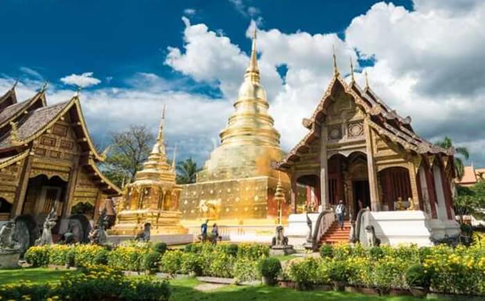 Wat Phra Singh mungkin adalah kuil paling dihormati setelah Wat Phra That Doi Suthep. Tempat wisata di Chiang Mai ini adalah lokasi dari tiga kuil utama.