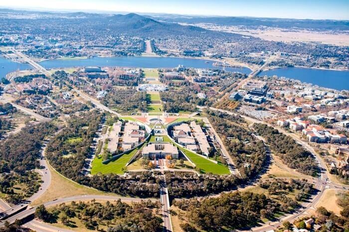 Tempat wisata di Canberra menjadi pilihan favorit bagi para turis yang berlibur ke negara Australia. Selain memiliki banyak lembaga budaya, ibu kota federal ini juga mendukung berbagai komunitas seni.