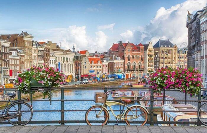 Tempat wisata di Amsterdam terdiri dari berbagai Objek populer mulai dari museum-museum bersejarah hingga taman indah yang cocok untuk bersantai sore.