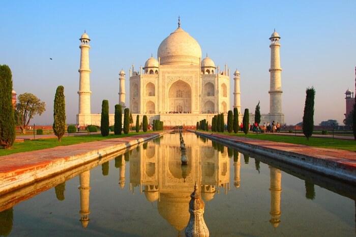 Berbagai tempat wisata di India layak dipertimbangkan. . India menawarkan warisan yang kaya dari hasil berabad-abad dari berbagai budaya dan agama-agama yang ditinggalkan.