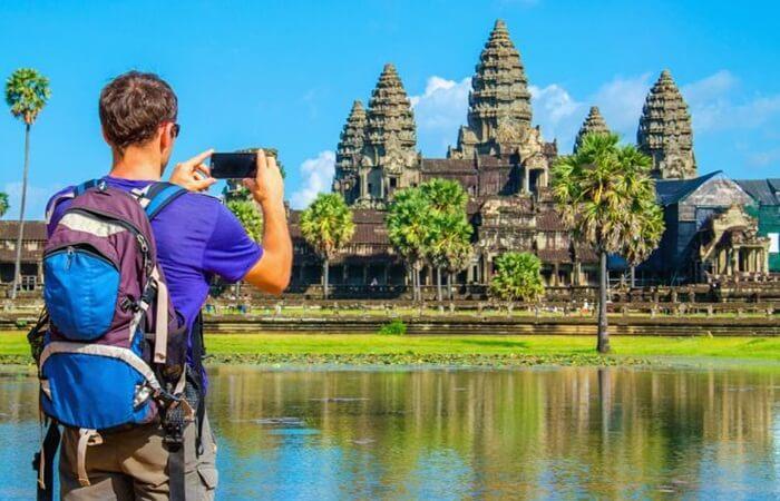 Kuil dan reruntuhan kuno merupakan andalan tempat wisata di kamboja.