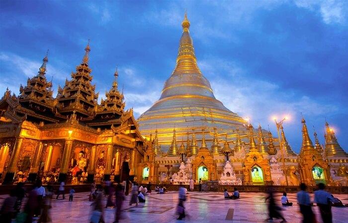Tempat wisata di Myanmar tidak bisa dilepaskan dari tinggalan keagamaan yang berhubungan dengan agama Budha.