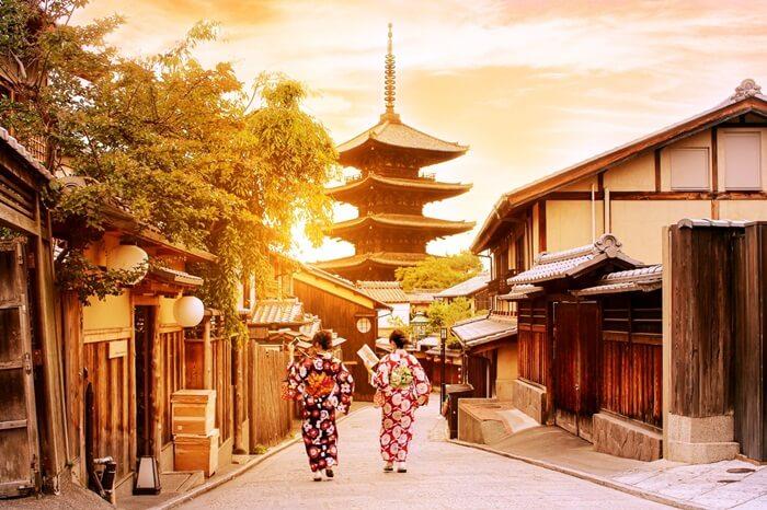 Ada banyak tempat wisata di Kyoto, yang sebagian besarnya merupakan peninggalan budaya, dan menjadi yang paling utama di Jepang