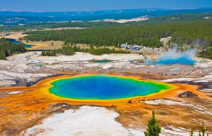 Tempat wisata di Amerika ini dinamai Yellowstone karena warna-warna cerah yang terdapat di danau ini air panas di kawasan ini.
