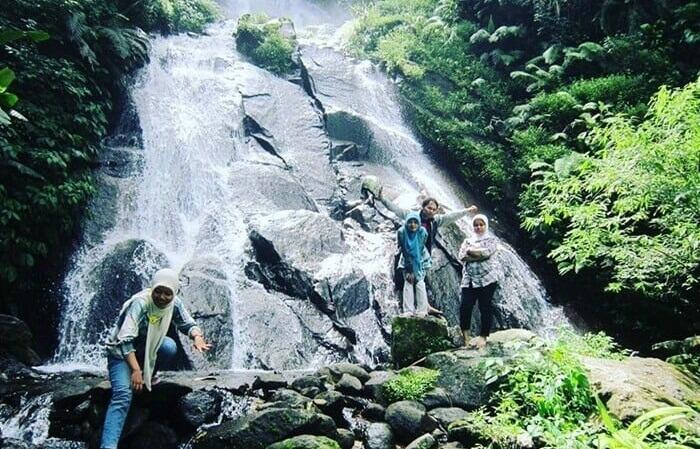 Tempat wisata Wonogiri Air Terjun Girimanik di Wonogiri memiliki pemandangan yang indah. Air terjun lengkap dengan gemericik air yang mengalir di sela-sela bebatuan.