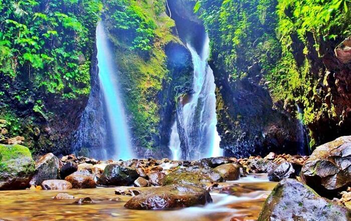 Di tempat wisata Madiun ini juga terdapat dua air terjun dengan tinggi yang sama, deras nyaris sama dan saling berhadap-hadapan