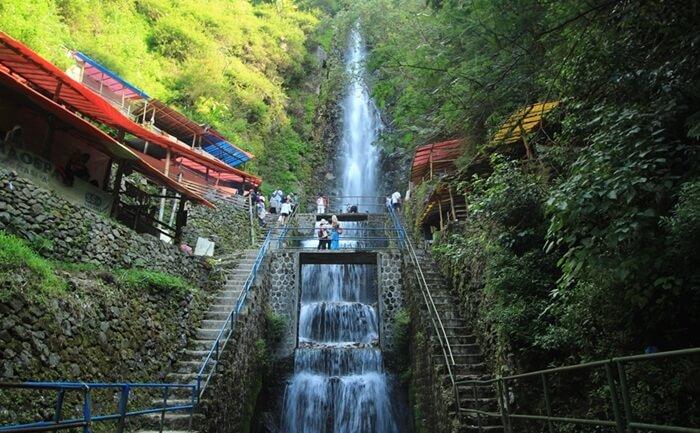 Tempat wisata Magetan Air Terjun Tirtasari memiliki ketinggian 50 meter, dan berada di 1.200 mdpl.