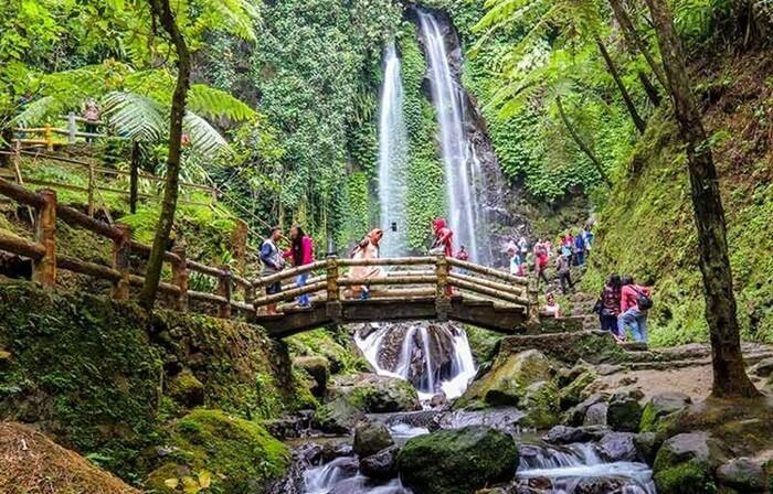 Di tempat wisata Karanganyar ini, air terjun menjadi atraksi wisata utama di sini.