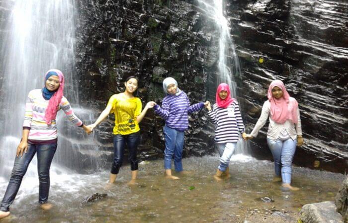 aliran air terjun tempat wisata Wonogiri ini bisa disesuikan sesuai keinginan. Pengunjung bisa mengatur air terjun sendiri sesuai selera. Mau yang lebar atau yang kecil.