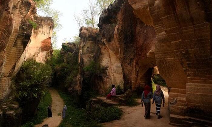 Tempat wisata Madura ini memiliki warna yang merah merona menambah keunikan Bukit Kapur Arosbaya.