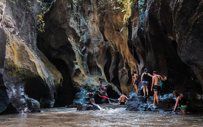 Ngarai tempat wisata Ubud ini tersembunyi, sehingga tak heran jika wisatawan asing menyebutnya hidden canyon alias ngarai tersembunyi.