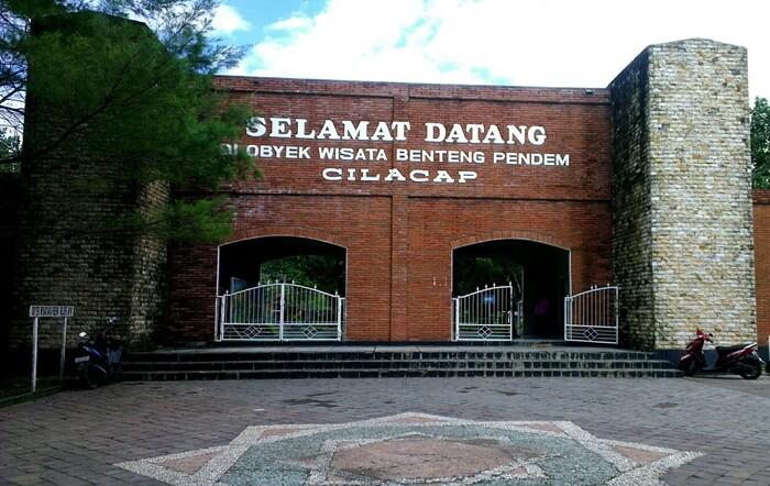 Bangunan tempat wisata Cilacap ini dahulu digunakan sebagai Kantor pemerintahan Hindia Belanda dan markas pertahanan Kolonial Belanda