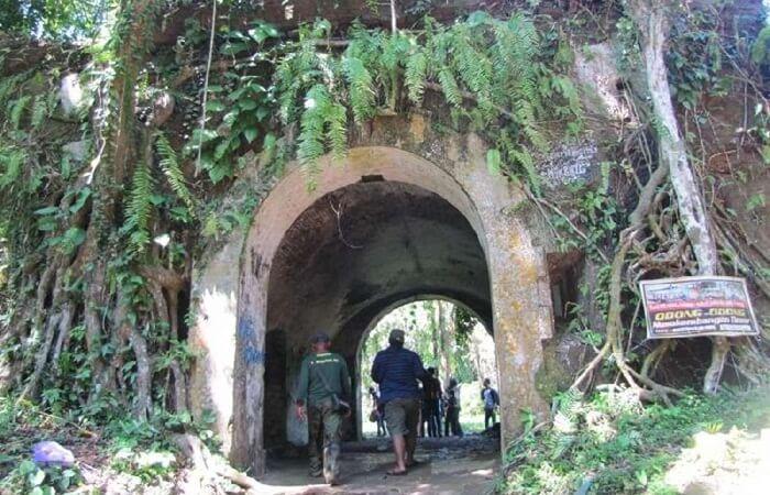 Tempat wisata Cilacap Benteng Karangbolong terletak di sisi paling timur Pulau Nusakambangan atau sebelah timur dari Benteng Klingker.