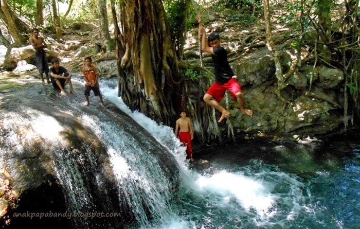 Ala Tarzan di air terjun Diwu Mbai pulau moyo.