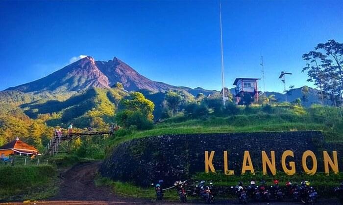 Tempat wisata Kaliurang ini banyak dikunjungi wisatawan terutama anak muda. Bukit ini menjadi spot foto yang sangat instagramable.