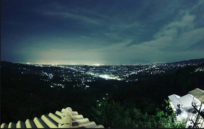 ketika malam hari, pengunjung tempat wisata pekalongan ini akan melihat gemerlap kota Pekalongan dari atas bukit bintang kutorojo ini.