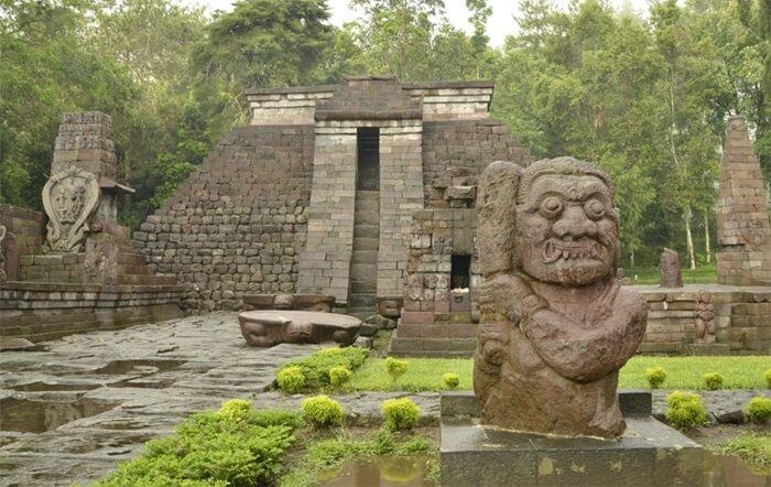 candi Tempat Wisata Karanganyar ini didirikan pada abad ke 15 masehi semasa dengan pemerintahan Suhita