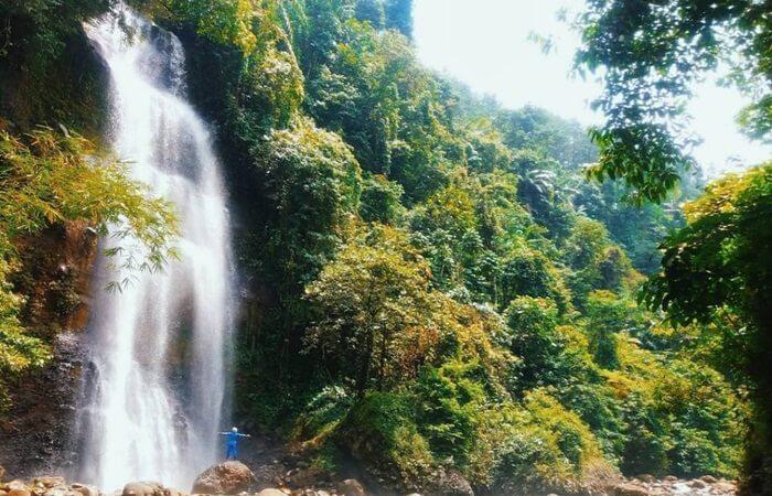 Keunikan curug tempat wisata Cilacap ini adalah sumber airnya berasal dari Sungai Singaraja dan airnya jatuh ke Sungai Cikawalon yang berada di bawahnya.